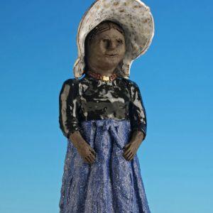 Staande vrouw, blauw schort