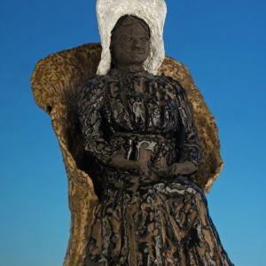 Vrouw op strandstoel